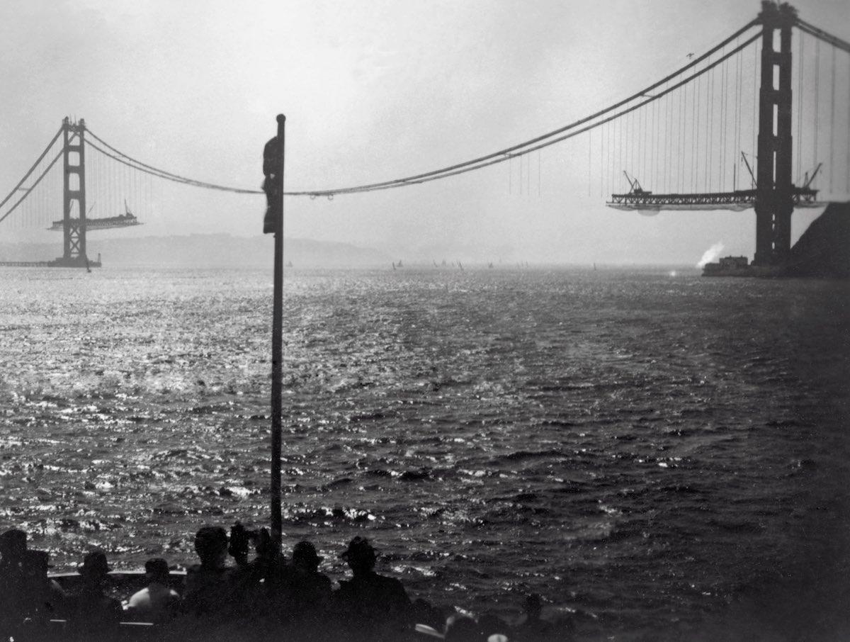 Setembro de 1936 - Vista dos turistas durante a construção da ponte em um barco.