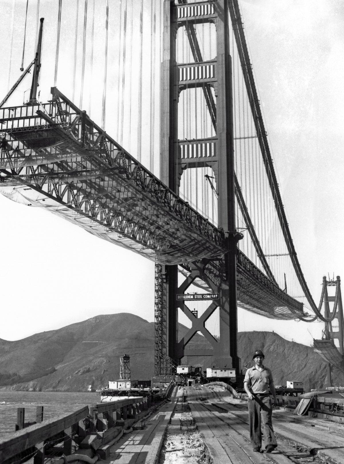 Outubro de 1936 - Um trabalhador caminha sobre o dique que liga Fort Point para a torre sul.