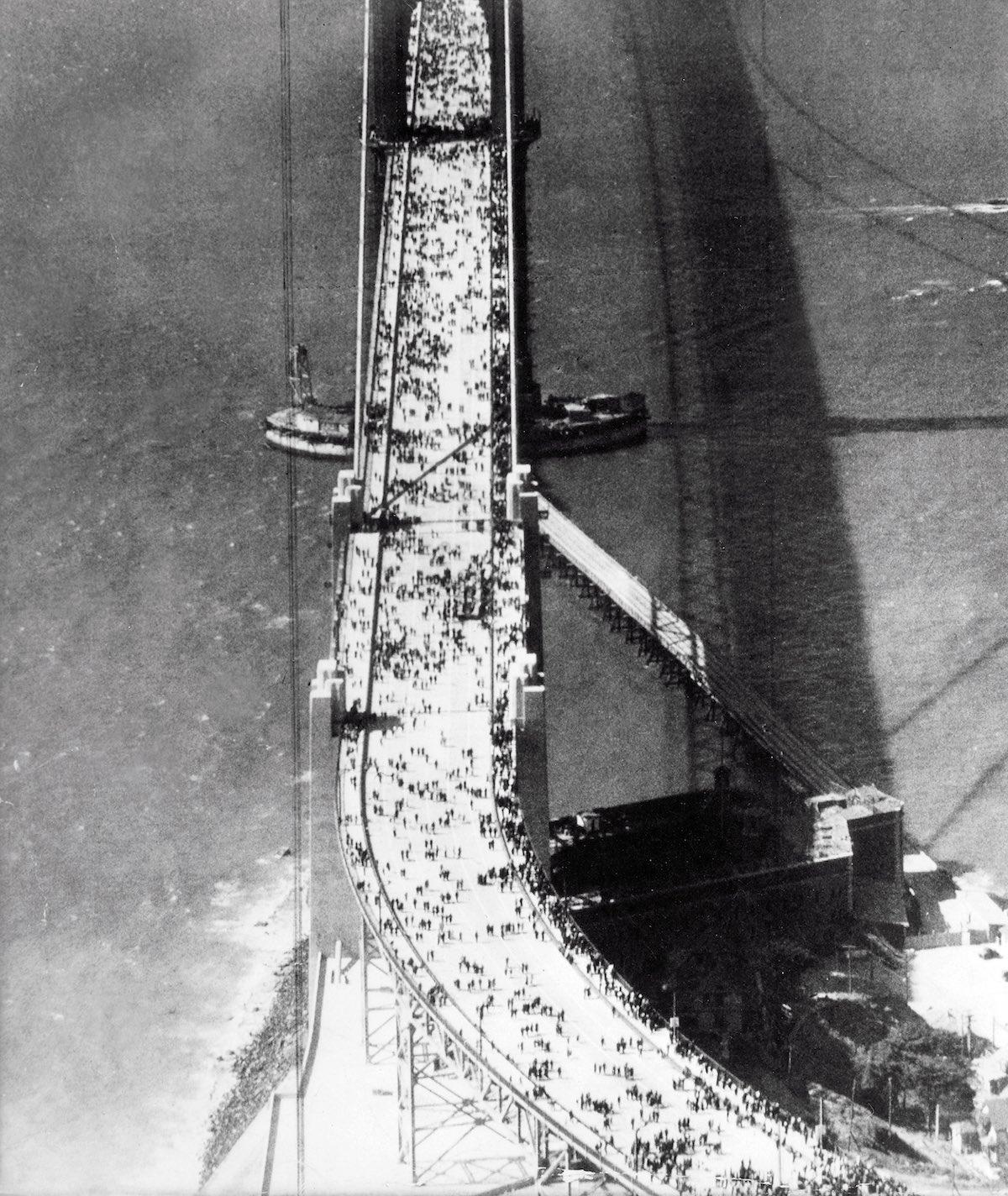 27 de maio de 1937 - Abertura da ponte para os pedestres.