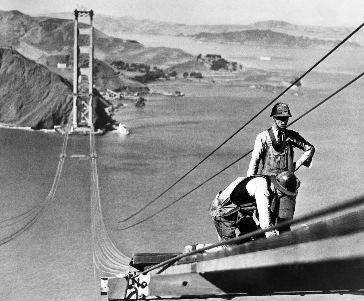 Outubro de 1935 - Dois homens trabalhando nos cabos da torre.